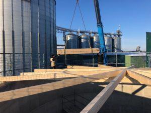 Montage des Holzdaches der AHL Anlage
