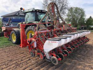 Befüllung der Maislegemaschine mit Dünger