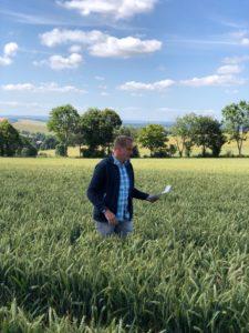 Andreas Steier bei der Erläuterung der Weizenstreifenanlage